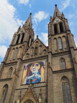 Průčelí kostela s obrazem sv. Ludmily, Foto MČ Praha 2, 5. 6. 2021