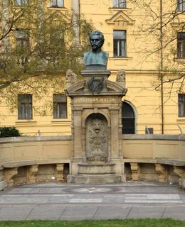 Vítězslav Hálek, Karlovo náměstí