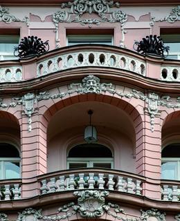 Neobarokní nájemní domy na náměstí Míru a neogotický nájemní dům na Vinohradské třídě