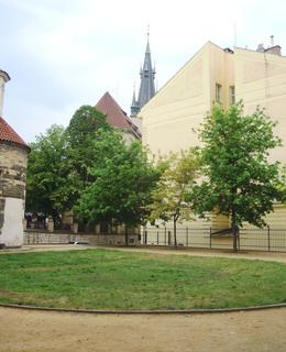 Park a v pozadí štíhlá věž kostela sv. Štěpána