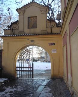 Brána na rohu ulic Ke Karlovu a B. Němcové