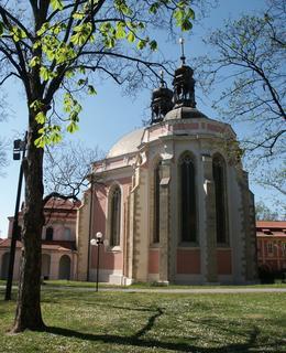 Kostel a mladý jírovec maďal, foto M. Polák