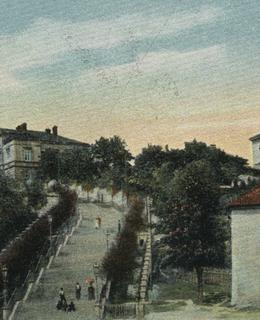 Dobová pohlednice s Nuselskými schody a vysazenými stromy