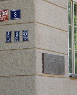 Pamětní deska na nároží ulic Studničkova a Albertov (Foto: M. Polák)
