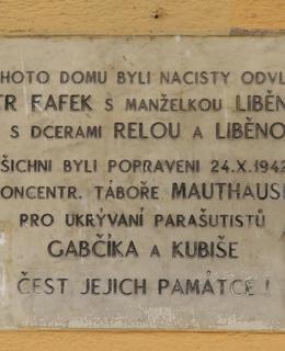 Deska na domě Kolínská 1718/11, kde bydleli Fafkovi