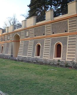 Lomená zeď u usedlosti