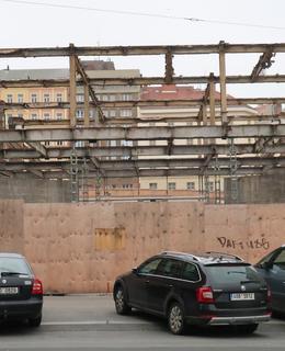 Bourání Transgasu - průhled do Římskéí