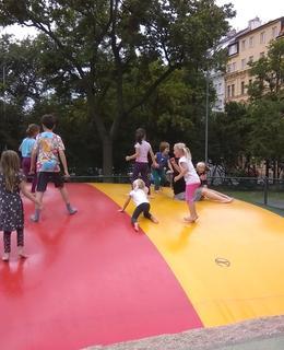 Trampolína na dětském hřišti U Vodárny