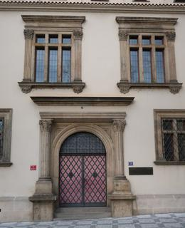 Hlavní vchod s pamětní deskou