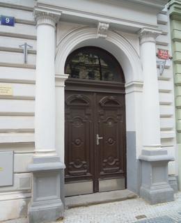 Vchod do domu v Budečské 9