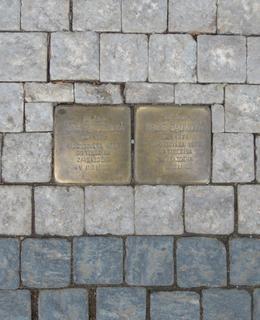 Dva kameny zmizelých v Budečské ulici č. 9