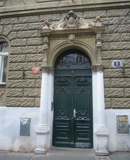 Před vchodem do domu jsou kameny zmizelých