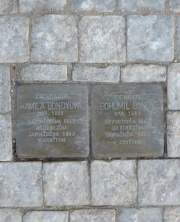 Dva kameny zmizelých manželů Bondyových v Budečské 20