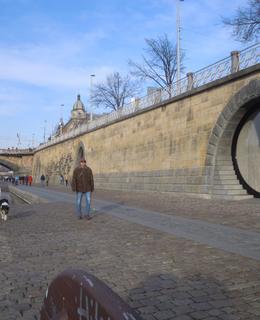 Náplavka 1. 12. 2019 s rekonstruovanou kobkou. Foto D. Broncová