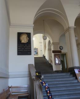 Schodiště Přírodovědecké fakulty UK s deskou fyzika, foto M. Polák