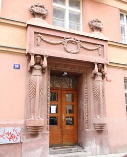 Portál domu v ulici Na Poříčním právu 34 (foto M. Polák)