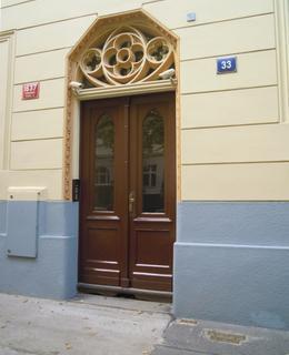 Vchod do domu Lužická 33 (foto D. Broncová)