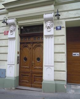 Vchod do domu Mánesova 45 (foto D. Broncová)