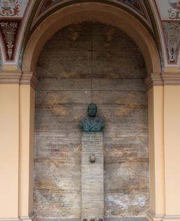 Hrobka Jos. Heroolda v arkádách Vyšehradského hřbitova (foto M. Polák)