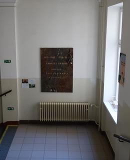 Umístění desky na odpočívadle schodiště (Foto Milan Polák, 2020)