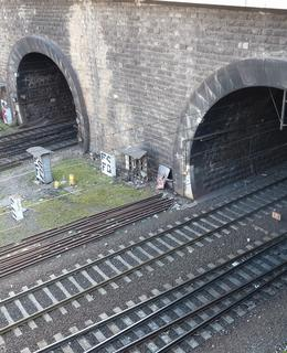 Zleva: dva portály tunelu do Prahy-Vršovic, zcela vpravo tunel vedoucí na nádraží Praha Smíchov (Foto Milan Polák)