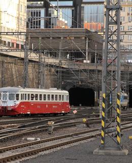 Stříbrný šíp M260 001 před portály tunelů vedoucích do vršovického nádraží (Foto M. Polák 9. 3. 2019)