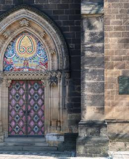 Pamětní deska vedle jižního portálu kostela (Foto M. Polák, 2020)
