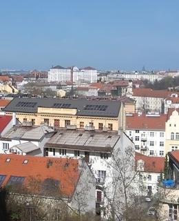 Pohled z vyšehradských hradeb 18.3. 2020. Zcela vpravo kostel sv. Apolináře, vlevo věže Emauz. Foto D. Broncová