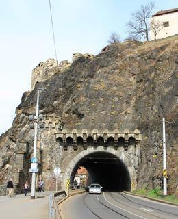 Jižní portál 22. března 2014 s rozkevtlou tařicí skaliní (Foto Milan Polák)
