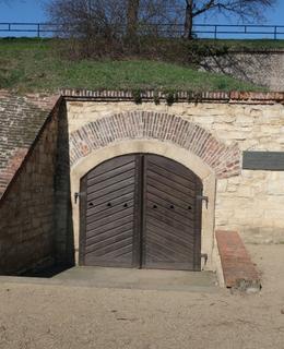 Umístění desky vedle vchodu (Foto M. Polák, 2020)