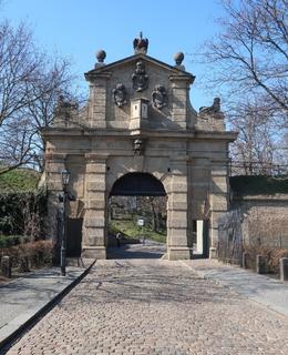 Leopoldova brána s hradbami (Foto M. Polák, březen 2020)