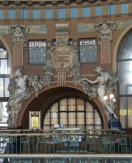 Hala v historické budově hl. nádraží (Foto M. Polák, 2004)
