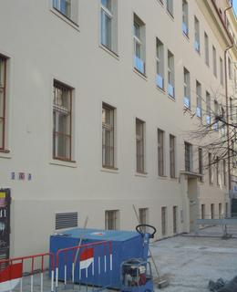 Budova škol v Belgické 67/25 prošla na jaře 2020 rekonstrukcí. Foto Dagmar Broncová, březen 2020