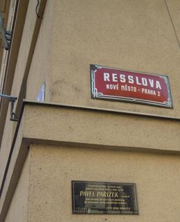 Nároží domu v Resslově ulici (foto D. Broncová, 2020)