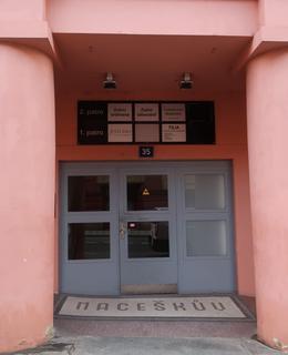 Vchod do paláce z Budečské ulice (Foto M. Polák, 2020)