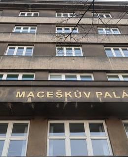 Na balkonu jsou patrny zbytky názvu Státního ústavu pro zubní lékařství (Foto M. Polák, 2020)