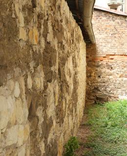 Původní zeď oddělujíící armádní a akademický prostor (Foto M. Polák, 2020)