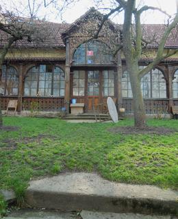 Jeden z mála dochovaných domků v Nuslích ve Ctiborově ulici nad Fidlovačkou pamatuje dobu, kdy se na louce pod ním konala pouť (foto D. Broncová, r. 2014)