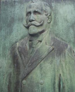 Portrét J. Mužíka na náhrobní desce (foto D. Broncová, duben 2020)