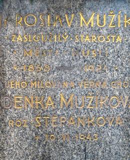 Text na náhrobním kameni (foto D. Broncová, duben 2020)