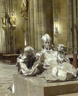 Postříbřený náhrobek sv. Vojtěcha v kostele sv. Víta na Pražském hradě