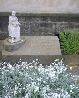 Hrob sochařky na Vyšehradském hřbitově (foto Dagmar Broncová, květen 2020)
