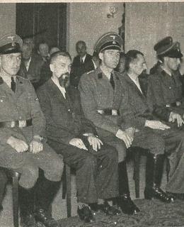 Soud v Petschkárně: zleva: Jan Sonnevend, V-. Čikl, Vl. Petřek a biskup Gorazd