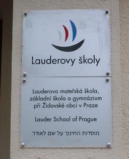 Informativní tabulka u vchodu do školy (foto M. Polák, červenec 2020)