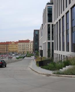 Ulice je výhledově otevřena k Hlavnímu nádraží i do Žižkova (Foto M. Polák, 2020)