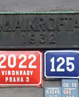 Tabulka s Kroftovým jménem na Paláci Flora (Foto M. Polák, 2020)