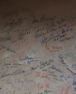 Sběratel autogramů by si u zdi interiéru kina přišel na své (Foto M. Polák, 2020)