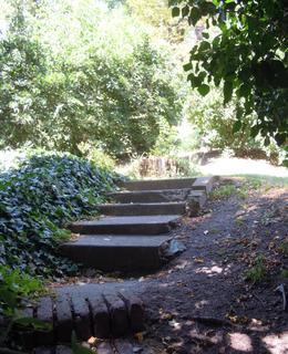 Uvnitř zahrady jsou kamenné schody, foto D. Broncová, červenec 2020