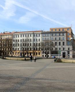 Pohled na náměstí Míru s budovou radnice (Foto M. Polák, 2018)
