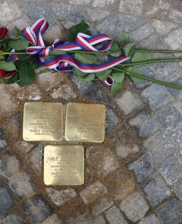 Kameny zmizelých před domem Blanická 1 (Foto M. Polák, září 2020)
